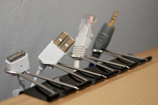 Изящный держатель для проводов на столе